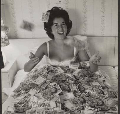 Angelika zwemmend in het geld