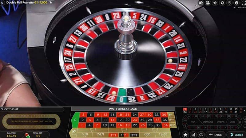 Twee ballen liggen in de roulette wiel bij Double ball roulette